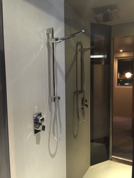 Bloc Gatwick shower